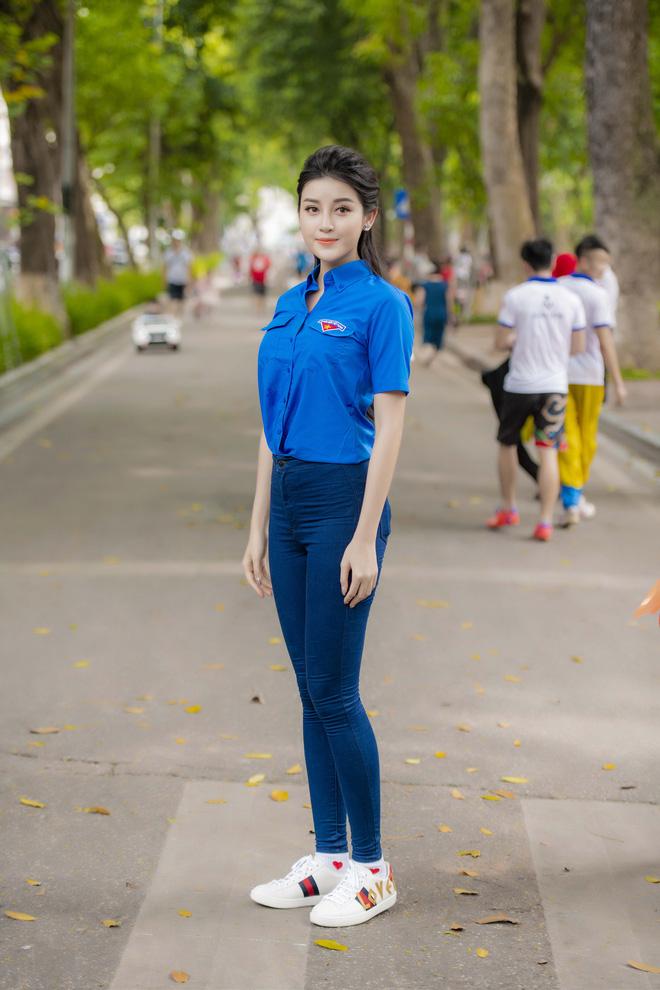 Á hậu Huyền My thu hút sự chú ý khi phối áo đoàn thanh niên cao cáp với quần jeans #1 địa chỉ mua áo đoàn thanh niên đẹp ở Hà Nội (Giá Siêu Rẻ)